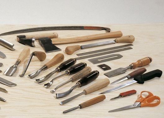 Ukázky broušených nástrojů - sekery, dláta, kosy, atd.